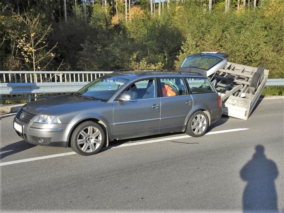 Verkehrsunfall mit beladenen Anhänger