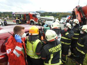 Schwerer Verkehrsunfall mit 2 eingeklemmten Personen