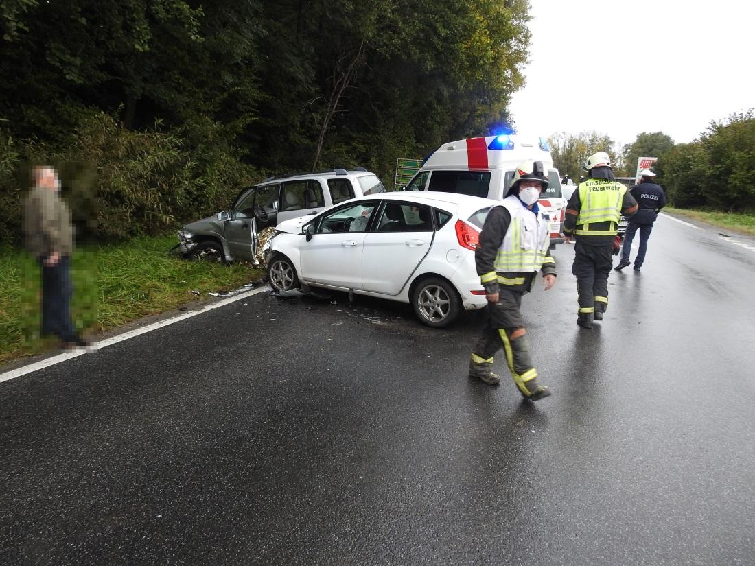 Verkehrsunfall mit eingeklemmter Person auf der L406