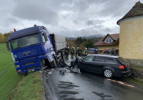 PKW gegen LKW in Oberneuberg